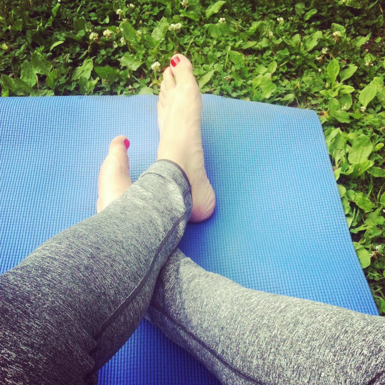 Yoga i gräset